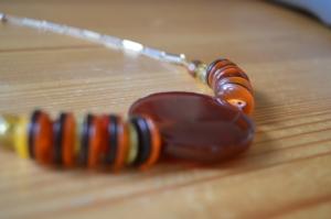 Halsband av knappar och stor pärla