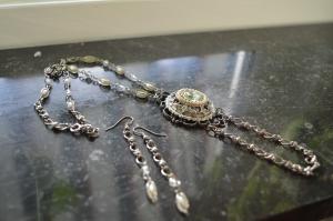 Halsband och örhängen brosch