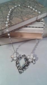 Halsband, clips i vitt/pärlemor