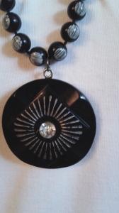 Knapphänge svart bakelit med plastpärlor