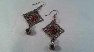 Bronsfärgade örhängen med röd