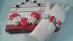 Halsband och armband i rött och vitt med 50-talskänsla