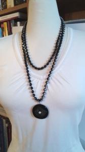 Halsband svart, knapphänge och plastpärlor