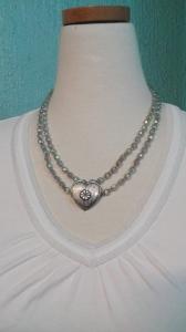 Halsband glaspärlor och hjärta