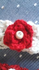 Vitt hårband med röd ros