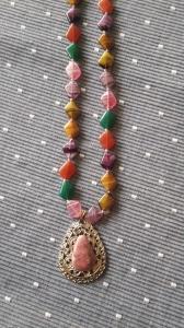 Halsband med fyrkantig sten och hänge