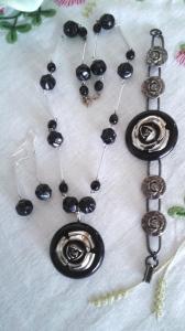 Armband, halsband och örhängen i svart med rosor