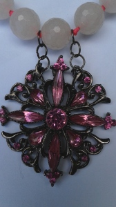 Rosafärgad brosch