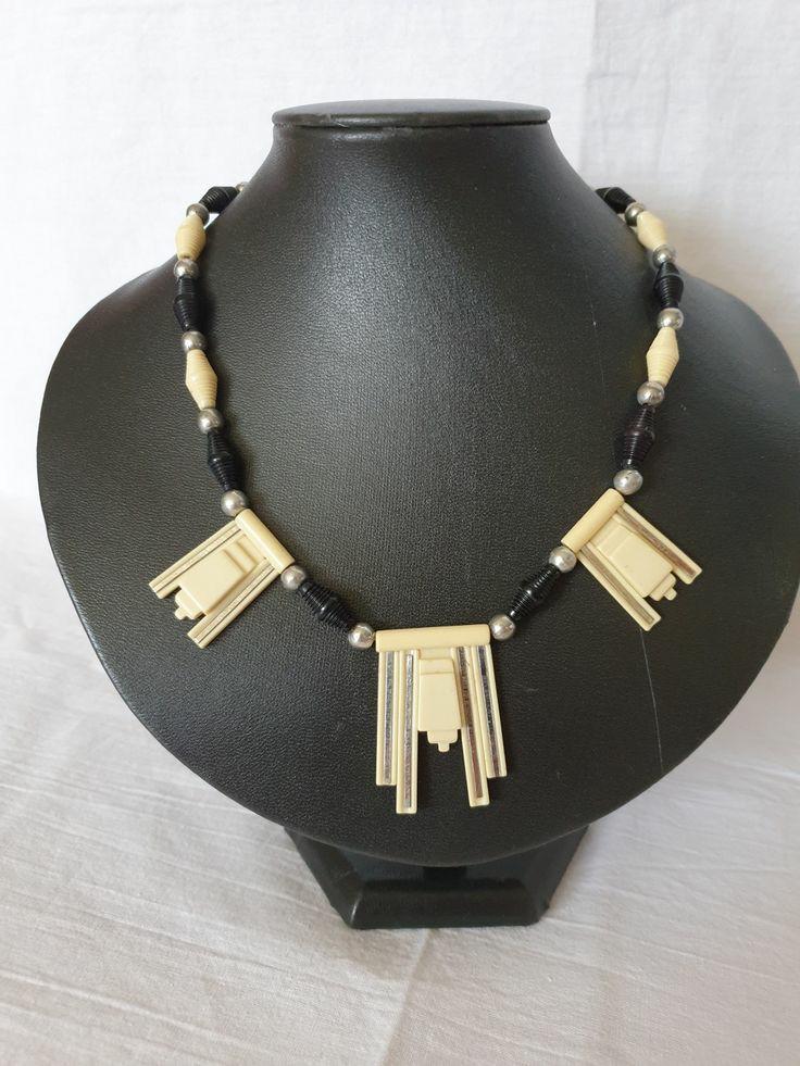 Halsband galalith med detaljer av krom